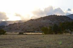 Ηλιοβασίλεμα, σύννεφα και βουνά Στοκ εικόνα με δικαίωμα ελεύθερης χρήσης
