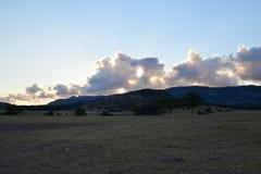 Ηλιοβασίλεμα, σύννεφα και βουνά Στοκ φωτογραφίες με δικαίωμα ελεύθερης χρήσης