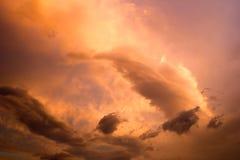 Ηλιοβασίλεμα Σύννεφα που φωτίζονται από τον ήλιο Στοκ φωτογραφία με δικαίωμα ελεύθερης χρήσης