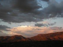 Ηλιοβασίλεμα σύννεφων μουσώνα πέρα από τα βουνά κορυφογραμμών Pusch στο τοπίο του Tucson Αριζόνα στοκ φωτογραφία
