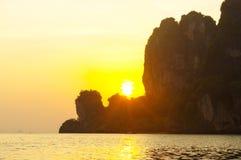 ηλιοβασίλεμα Ταϊλάνδη νησιών παραλιών phuket τροπική AO-Nang Krabi Ταϊλάνδη Στοκ Εικόνες