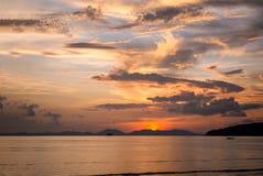 ηλιοβασίλεμα Ταϊλάνδη νησιών παραλιών phuket τροπική AO-Nang Krabi Στοκ Φωτογραφίες