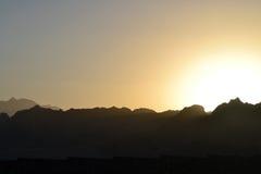 Ηλιοβασίλεμα - τα βουνά - Dahab - θάλασσα - Αίγυπτος - ξενοδοχεία Στοκ φωτογραφία με δικαίωμα ελεύθερης χρήσης