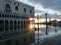 Ηλιοβασίλεμα της Βενετίας πέρα από Doges το παλάτι Στοκ Εικόνα
