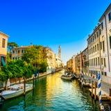 Ηλιοβασίλεμα της Βενετίας στο κανάλι νερού Greci dei SAN Giorgio και το καμπαναριό εκκλησιών. Ιταλία Στοκ Φωτογραφίες