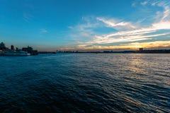 Ηλιοβασίλεμα της Νέας Υόρκης Νιου Τζέρσεϋ ποταμών του Hudson Στοκ εικόνα με δικαίωμα ελεύθερης χρήσης