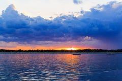 Ηλιοβασίλεμα της Νέας Υόρκης Buffalo στην άνοιξη που κοιτάζει πέρα από τη λίμνη Erie από το σύστημα πάρκων Στοκ φωτογραφίες με δικαίωμα ελεύθερης χρήσης