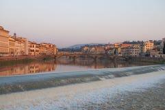 Ηλιοβασίλεμα της Φλωρεντίας ποταμών Arno Στοκ Φωτογραφίες