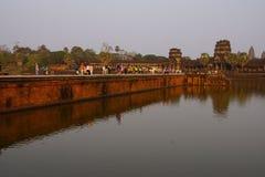 Ηλιοβασίλεμα, τουρίστες σε Angkor Wat Στοκ Φωτογραφίες
