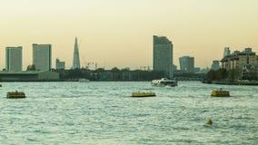 Ηλιοβασίλεμα του Λονδίνου, Τάμεσης, Shard, βάρκα που περνά από απόθεμα βίντεο