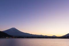 Ηλιοβασίλεμα του fuji ΑΜ και της πόλης γύρω από τη λίμνη kawaguchi, Ιαπωνία στοκ εικόνες
