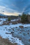 Ηλιοβασίλεμα το χειμώνα Χριστουγέννων με το δραματικό ουρανό και την παγωμένη λίμνη Ρωσία, Stary Krym Στοκ Φωτογραφία