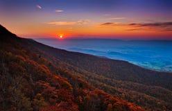 Ηλιοβασίλεμα φθινοπώρου πέρα από την κοιλάδα Shenandoah και το της όξινης απορροής Mountai στοκ εικόνα