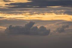 Ηλιοβασίλεμα, χρυσό υπόβαθρο ουρανού και μαύρα σύννεφα Στοκ Φωτογραφίες