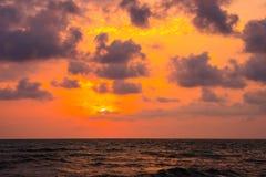 Ηλιοβασίλεμα Όμορφο ηλιοβασίλεμα Μαύρη Θάλασσα Χρυσό ηλιοβασίλεμα θάλασσας Θάλασσα ηλιοβασιλέματος Στοκ Φωτογραφία