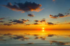 Ηλιοβασίλεμα Сalm με τα περιστασιακά σύννεφα στοκ φωτογραφίες με δικαίωμα ελεύθερης χρήσης