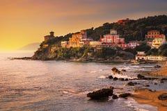 Ηλιοβασίλεμα Castiglioncello στο βράχο και τη θάλασσα απότομων βράχων Ιταλία Τοσκάνη Στοκ Φωτογραφία
