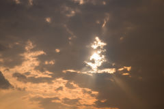Ηλιοβασίλεμα Damatic στο νεφελώδη ουρανό στοκ εικόνα με δικαίωμα ελεύθερης χρήσης