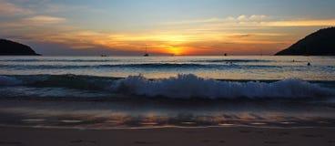 Ηλιοβασίλεμα Nai Harn στην παραλία Phuket Στοκ Φωτογραφίες