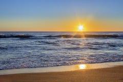Ηλιοβασίλεμα seascape παραλιών Dunas Douradas, διάσημος προορισμός στοκ φωτογραφίες με δικαίωμα ελεύθερης χρήσης