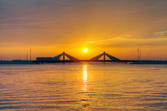 Ηλιοβασίλεμα Sheikh Isa στη γέφυρα υπερυψωμένων μονοπατιών Salman δοχείων, HDR Στοκ Φωτογραφία