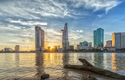Ηλιοβασίλεμα Sunstar στη πόλη Χο Τσι Μινχ, Βιετνάμ Στοκ φωτογραφία με δικαίωμα ελεύθερης χρήσης