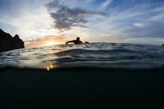 Ηλιοβασίλεμα Surfer Στοκ εικόνες με δικαίωμα ελεύθερης χρήσης