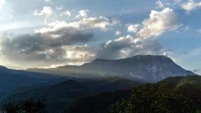 Ηλιοβασίλεμα Timelapse και cloudscape πέρα από το τοπίο βουνών Κινούμενα σύννεφα με το δραματικό φως απόθεμα βίντεο