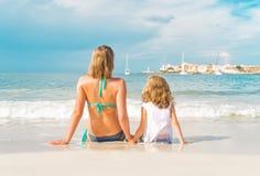 Ηλιοθεραπεία γυναικών και μικρών κοριτσιών Στοκ Εικόνες