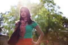 Ηλιοφώτιστη όμορφη νέα γυναίκα με την τσάντα αγορών υφασμάτων Στοκ Εικόνες