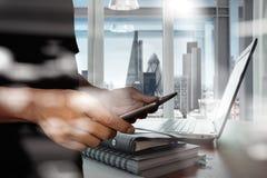 Η διπλή έκθεση του επιχειρηματία παρουσιάζει σύγχρονη τεχνολογία Στοκ φωτογραφίες με δικαίωμα ελεύθερης χρήσης