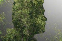 Η διπλή εικόνα έκθεσης των προσώπων ατόμων, πολλαπλασιάζει με τα δέντρα Στοκ εικόνα με δικαίωμα ελεύθερης χρήσης