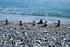 Η ισορροπία του κόσμου. οι πέτρες θάλασσας έχουν συσσωρευθεί ως πυραμίδες Στοκ Εικόνα