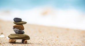 Η ισορροπία των πέτρινων ρυθμίσεων στην παραλία μοιάζει με ένα ρομπότ στοκ εικόνες