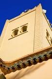 η ιστορία   σύμβολο στην πράσινους στέγη και το μπλε ουρανό του Μαρόκου Στοκ Φωτογραφίες