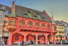 Η ιστορική αίθουσα εμπόρων στο τετράγωνο μοναστηριακών ναών στο freiburg Im Breisgau, Γερμανία στοκ φωτογραφίες με δικαίωμα ελεύθερης χρήσης