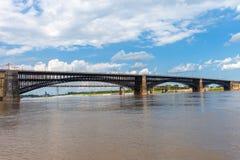 Η ιστορική γέφυρα Eads πέρα από το ποτάμι Μισισιπή που συνδέει το τ στοκ εικόνες με δικαίωμα ελεύθερης χρήσης