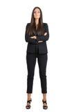 Η ισχυρή βέβαια επιχειρησιακή γυναίκα με τα διπλωμένα όπλα που εξετάζει το κεφάλι καμερών έκλινε πίσω Στοκ φωτογραφία με δικαίωμα ελεύθερης χρήσης