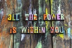 Η ισχυρή γυναίκα κοριτσιών ενεργειακού φεμινισμού δύναμης θεωρεί τη δύναμη στοκ εικόνες