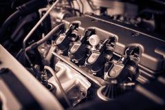 Η ισχυρή μηχανή ενός αυτοκινήτου Εσωτερικό σχέδιο της μηχανής με τη COM Στοκ Φωτογραφίες