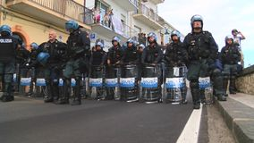 Η ιταλική αστυνομία περιμένει τις ασπίδες στο έδαφος απόθεμα βίντεο