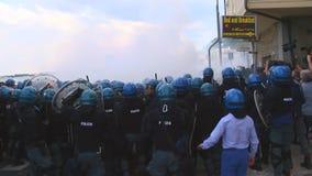 Η ιταλική αστυνομία ρίχνει το αέριο σειρών κατά τη διάρκεια της G7 στο taormina απόθεμα βίντεο