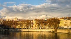 Ηλιόλουστα κτήρια κατά μήκος του ποταμού Saone στη Λυών, Γαλλία Στοκ Εικόνες