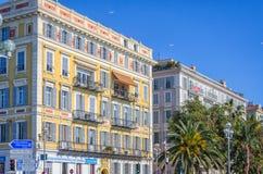 Ηλιόλουστα σπίτια στην οδό στη Νίκαια, Γαλλία Στοκ Εικόνα