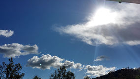 Ηλιόλουστα σύννεφα το μεσημέρι στοκ φωτογραφία με δικαίωμα ελεύθερης χρήσης