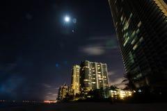 Ηλιόλουστες απόψεις πόλεων πανσελήνων νύχτας παραλιών ακτών νησιών στοκ εικόνες