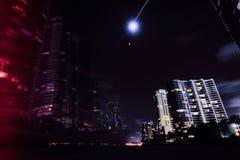Ηλιόλουστες απόψεις πόλεων πανσελήνων νύχτας παραλιών ακτών νησιών στοκ φωτογραφία