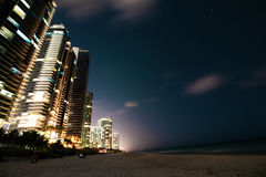 Ηλιόλουστες απόψεις πόλεων πανσελήνων νύχτας παραλιών ακτών νησιών στοκ εικόνα