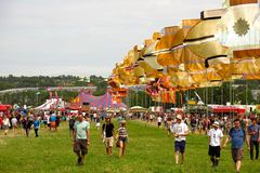 Ηλιόλουστες σκηνές μουσικής πληθών ημέρας φεστιβάλ μουσικής Glastonbury Στοκ Εικόνες
