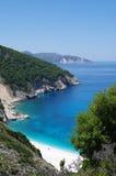 Ηλιόλουστη άποψη σχετικά με την όμορφη παραλία Myrtos, Kefalonia, Ελλάδα Στοκ Εικόνες